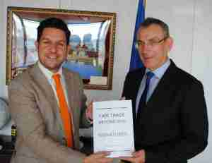 Il Fair Trade Advocacy Office consegna le firme al Commissario EU allo Sviluppo